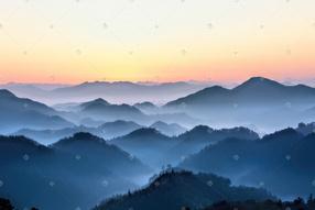 树木云雾和山峰的照片