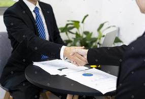 成功人士商务合作握手