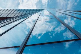 映射蓝天的玻璃幕墙
