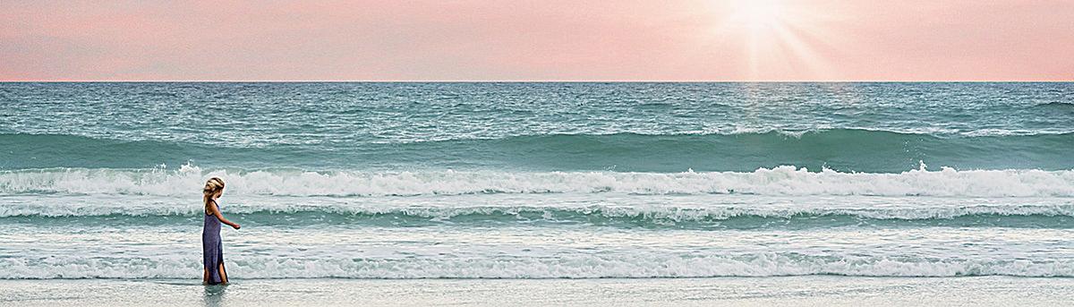 图片 > 【jpg】 沙滩海边小女孩背景  分类:自然/风景 类目:其他 格式