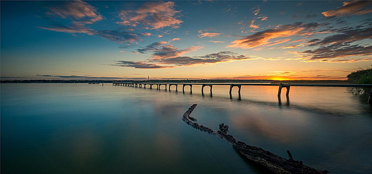 圖片 > 【jpg】 江邊孤獨的橋背景  分類:自然/風景 類目:其他 格式