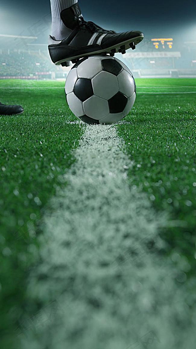 绿色草地上踢足球元素背景图