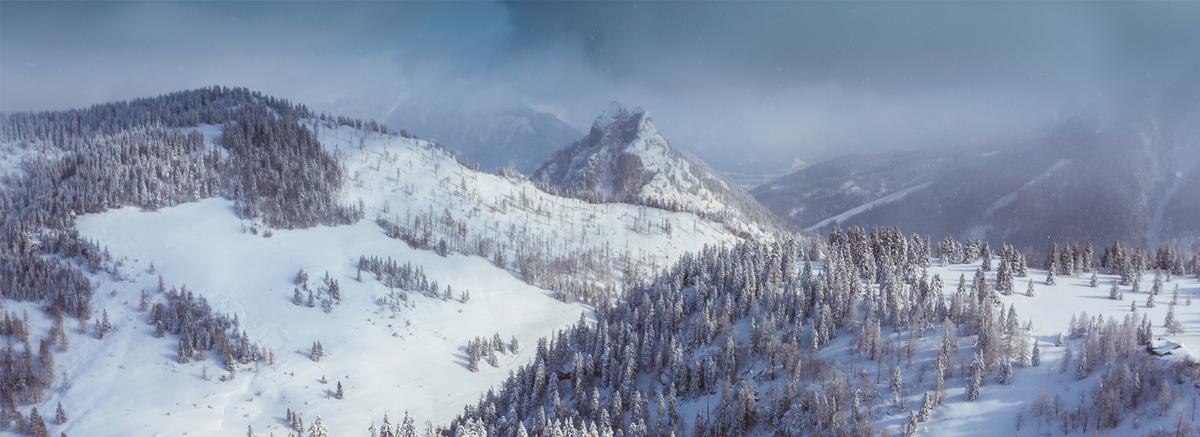 雪山梦幻白色海报背景