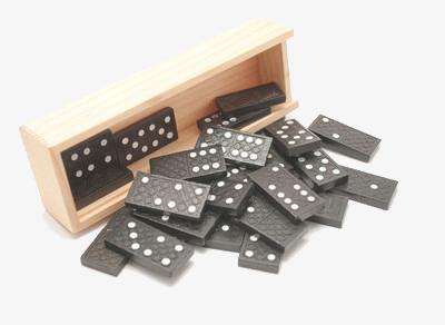 长方形木盒里倒出的一套牌九png素材-90设计
