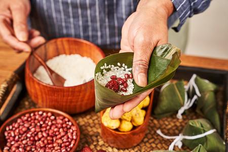 红豆粽子端午节包粽子过端午裹粽子摄影图配图