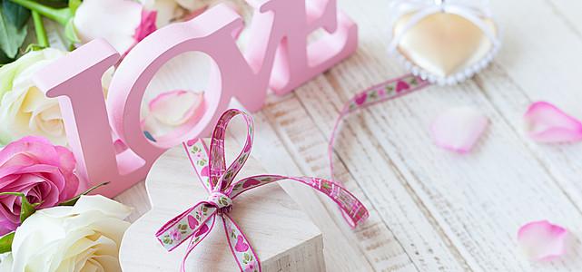 立体字与精致礼物盒