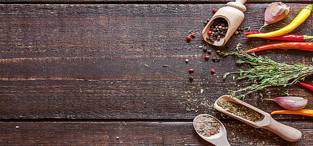 木板上的各种香料海报