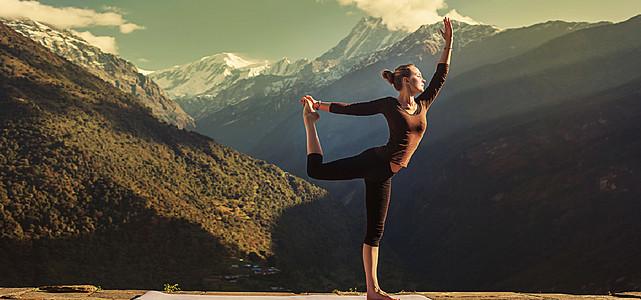 置身在山间的瑜伽美女摄影高清图片