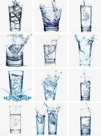 倒入水杯中流动的蓝色的水